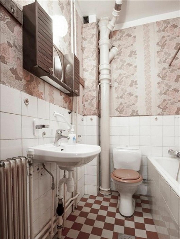 Fliser på vegger og gulv, samt litt blomstrete baderomstapet.  Foto: Eie Eiendomsmegling