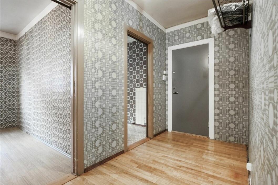 Gang, soverom og kjøkken har tapeter i tre ulike stiler, klassisk ornamenttapet på soverom, grafisk 60-tallsmønster i gangen og arabiskinspirert på kjøkkenet. Foto: Eie Eiendomsmegling