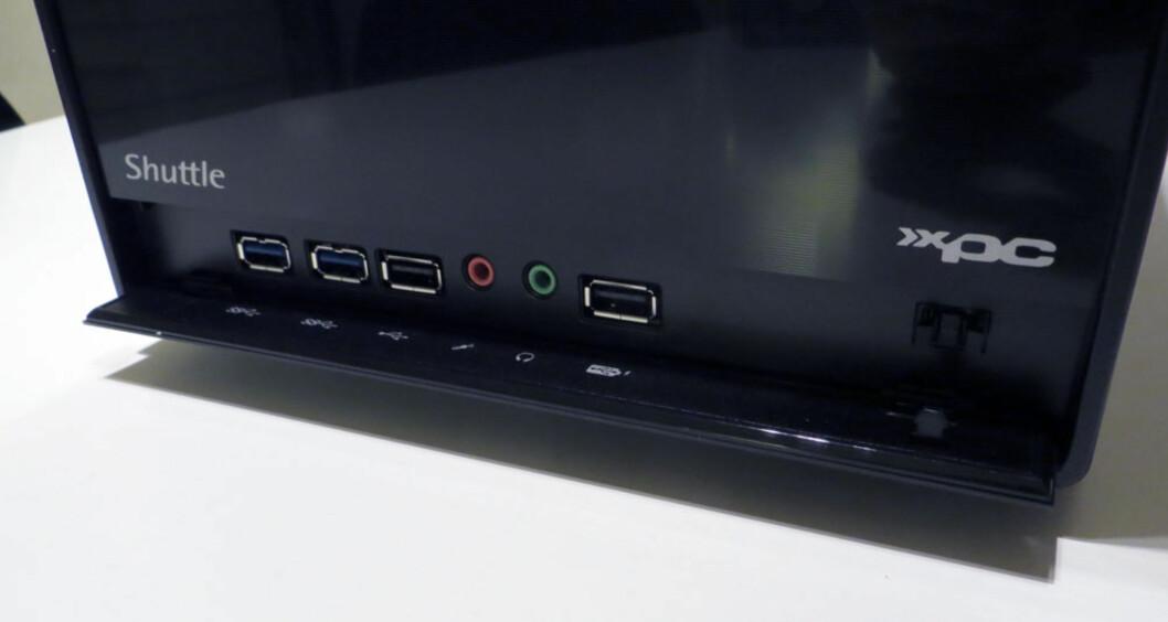 Tilkoblingene i fronten sitter bak en luke som enkelt kneppes opp. Men hvor er minnekortleseren?