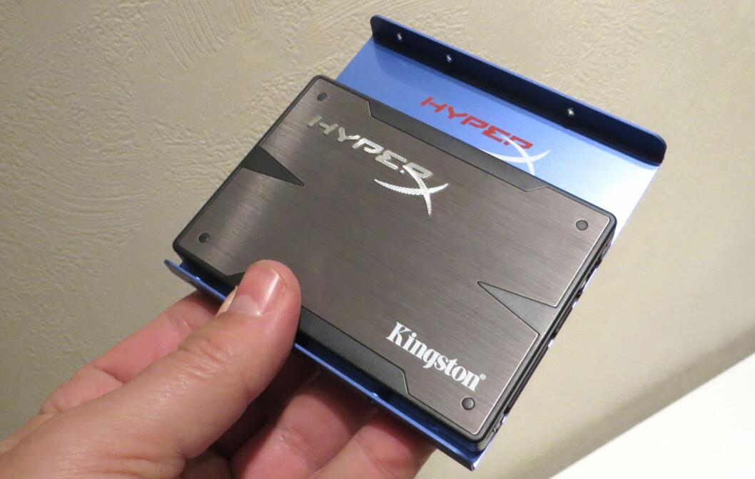 """Kingston HyperX SSD på 240 GB, med monteringsskuff slik at den passer i en 3,5""""-brønn."""