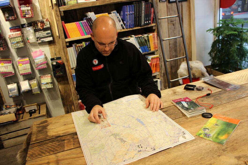 <strong><strong>KART:</strong></strong> Et godt, detaljert kart hjelper mye på vei, forteller turveileder Esper Opaker Moreite hos Den Norske Turistforening.  Foto: Thomas Strzelecki