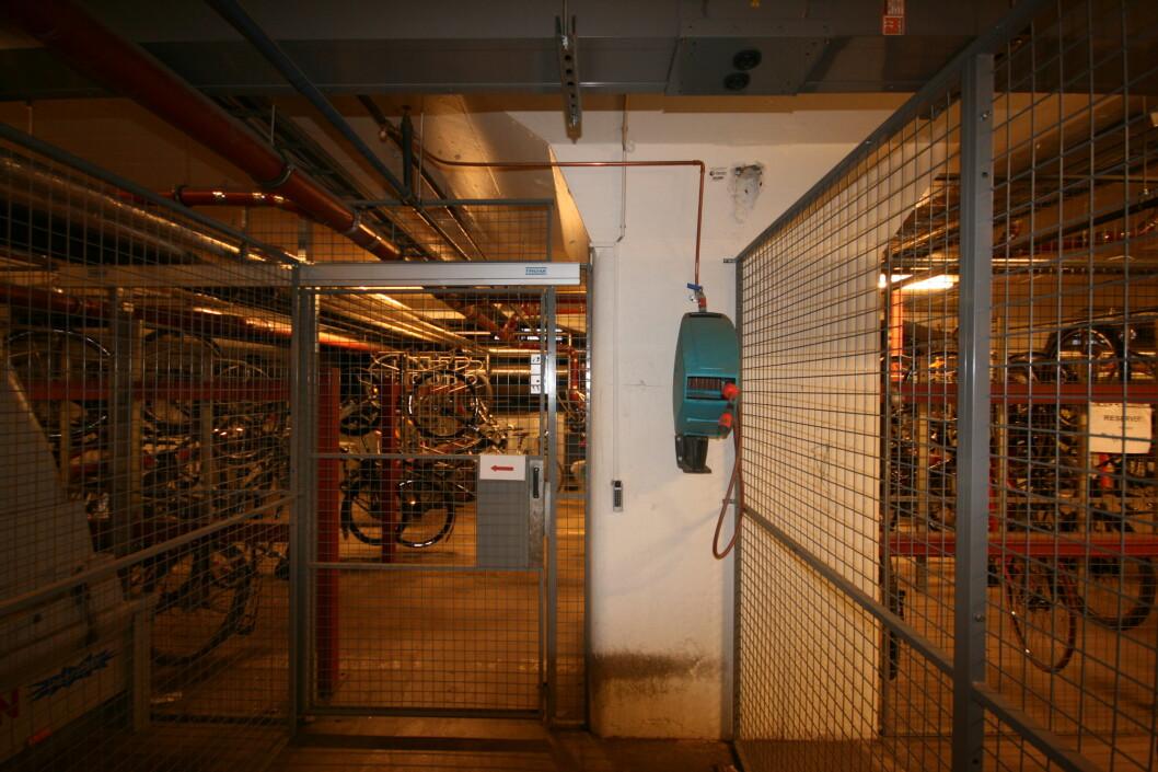 <strong><strong>MASSE SYKLER VINTERSTID:</strong></strong> DinSide holder til i Havnelageret i Oslo, hvor vi er så heldige å ha eget sykkelparkeringshus i kjelleren. Her må du bruke adgangskort for å låse deg inn, og dessuten kan du spyle ned sykkelen.  Foto: Thomas Strzelecki