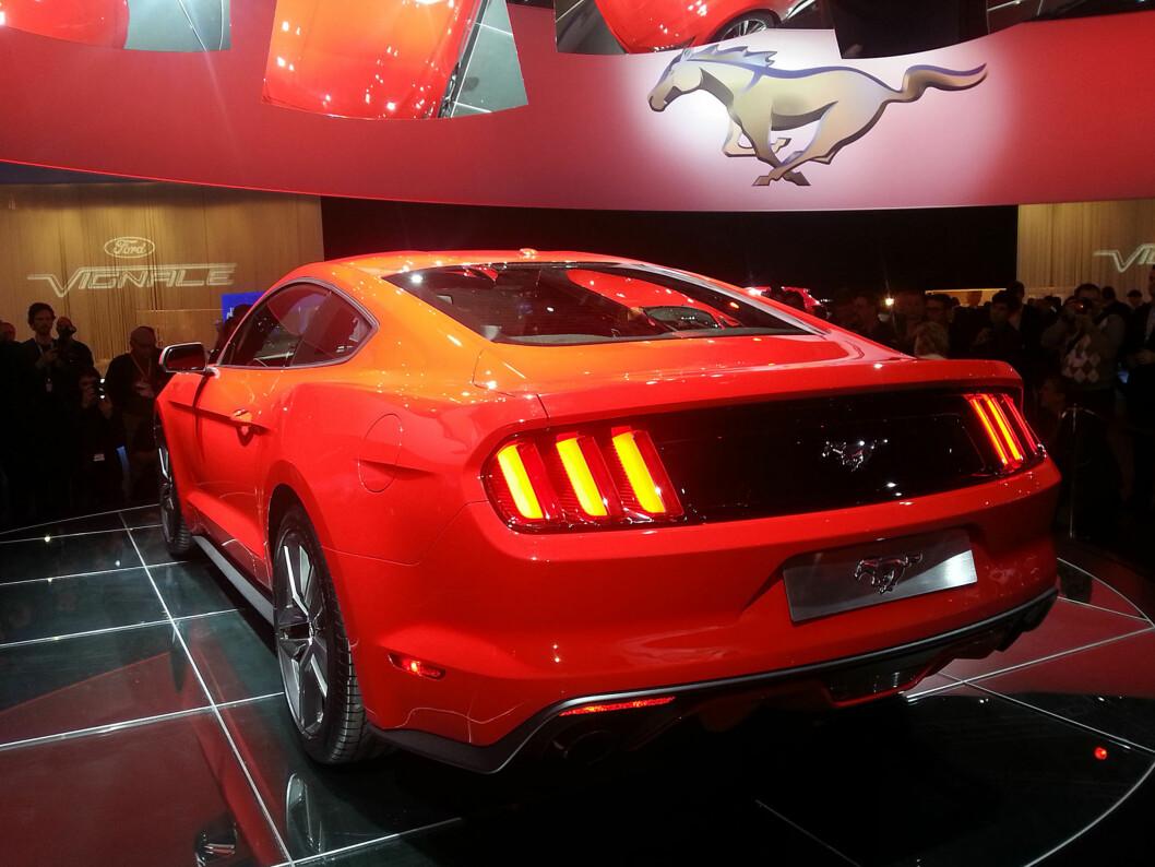 <strong>VELKJENTE FORMER:</strong> Det er noe svært klassisk over den nye Mustangen - særlig sett fra denne vinkelen. Inspirasjonen fra 1964-originalen og 1967-oppdateringen -  udødeliggjort blant annet i filmen Bullitt med Steve McQueen, er tydelig. Foto: Lord Arnstein Landsem/Autofil