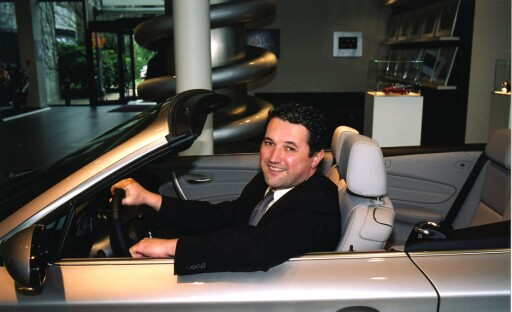 Vincent Salimon, administrerende direktør i BMW Norge AS, lover kundene å gjøre alt for å få fatt i nok bilder.  Foto: BMW