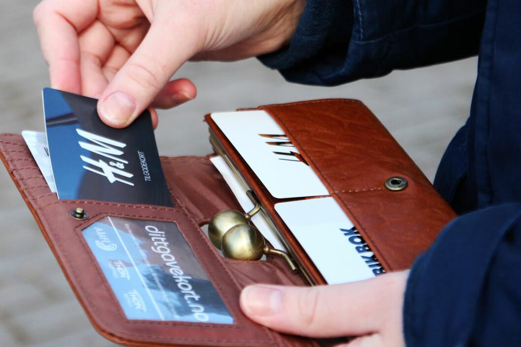 <strong><b>SJEKK LOMMEBOKA I DAG:</strong></b> Ifølge økonomiprofessor Ola Grytten går gavekort for 2,5 milliarder kroner til spille hvert år.  Foto: Ann Kristin Andreassen