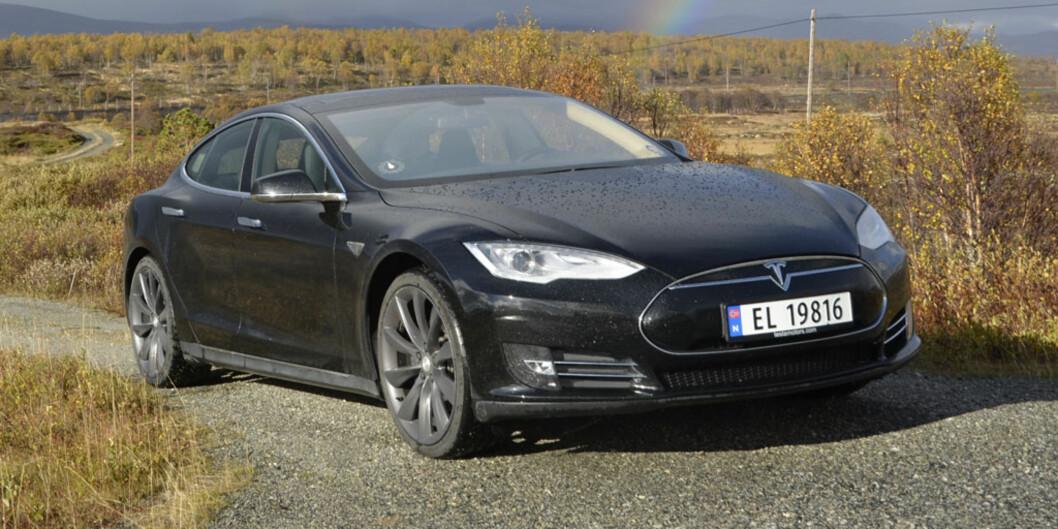 <strong><b>SKAL BLI MINDRE:</strong></b> Nye Model 3 skal visstnok bli både mindre og billigere. Her ser vi en Model S.  Foto: STEIN INGE STØLEN / AUTOFIL