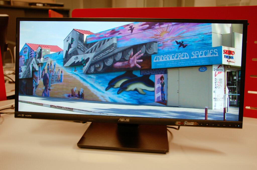 Ultrabrede skjermer har mange fordeler. Denne kan dessuten stå på høykant!