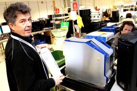 <strong>SPESIELT:</strong> Produksjonssjef Ole Soleng i Komplett med ett av de mer snodige kabinettene folk bestiller. Lys og vannkjøling er også populært.  Foto: Ole Petter Baugerød Stokke