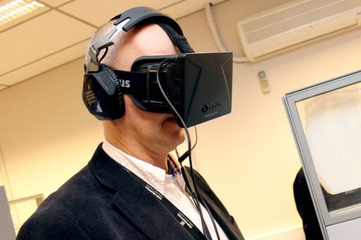 FREMTIDENS JULEGAVE: Her står Komplett-direktør Anton Hagberg med VR-brillene Oculus Rift. Produktet er ikke lansert ennå, men kan kanskje bli en populær julegave neste år?  Foto: Ole Petter Baugerød Stokke