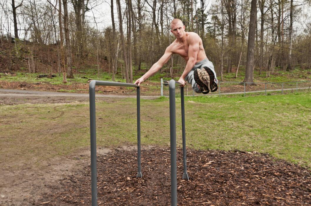 <strong><strong>GODT TRENT:</strong></strong> Lasse Tufte trener på en skranke i en parkene som er kallt opp etter ham.  Foto: Mankini Photography/Tufteparken.no