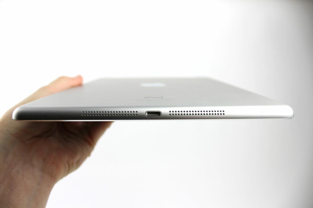iPad Air er som iPad mini utstyrt med et stereo-høyttalere plassert på hver sin side av Lightning-ladekontakten. iPad 4 hadde bare én høyttaler. Lyden er blitt bedre, men vi fortrekker fremdeles hodetelefoner når vi skal se film eller høre på musikk.  Foto: KIRSTI ØSTVANG