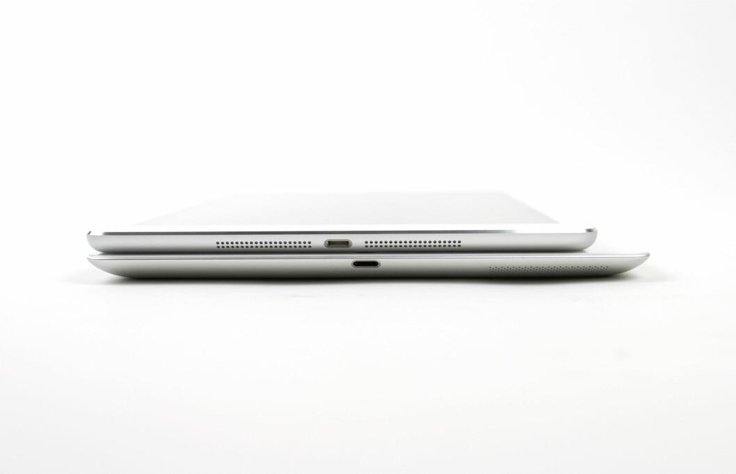 iPad Air er ikke like bred som iPad 4 når du holder den i portrett-modus. Det gjør blant annet at det er enklere å skrive med tomlene når du holder nettbrettet med begge hendene. Foto: KIRSTI ØSTVANG