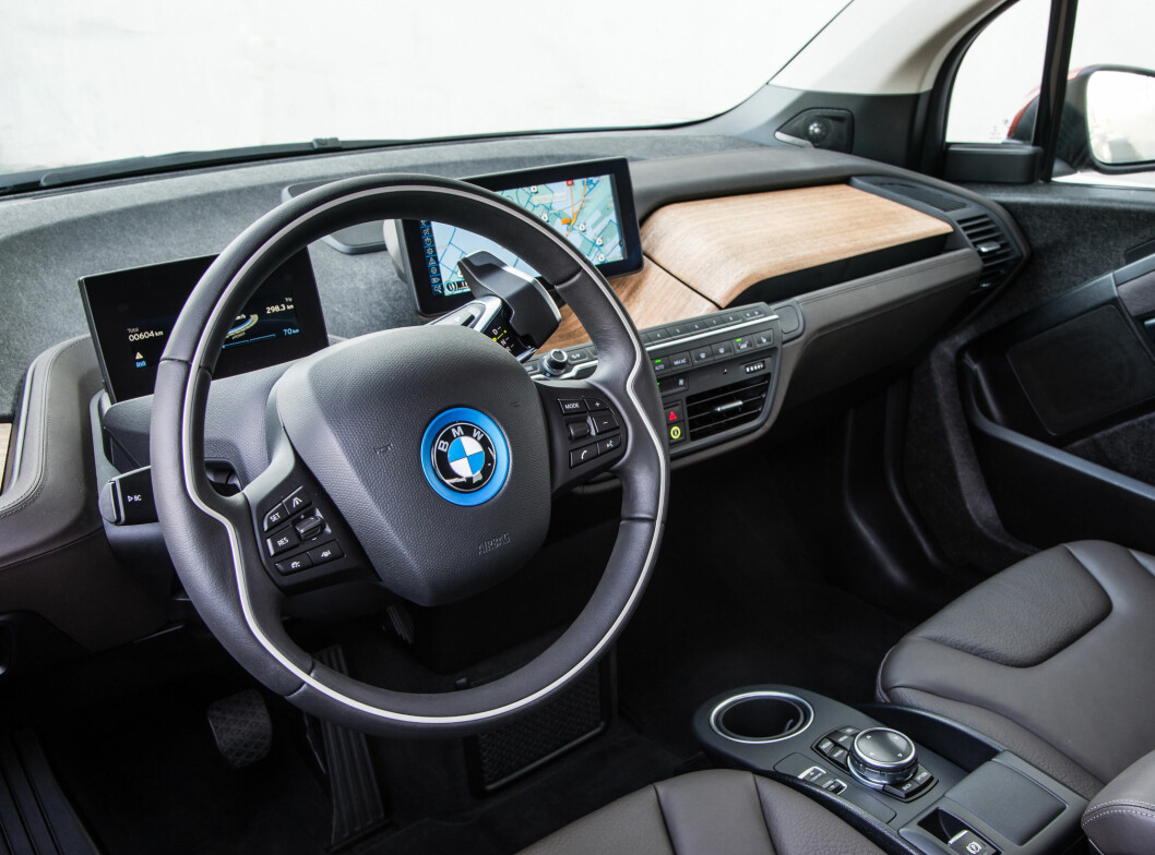 """<strong><b>FORSTERKET ELBIL-BONANZA:</strong></b> Interiøret i BMW i3 - tredje mest solgte av ni modeller i februar. En av åtte nyregistrerte biler var en elbil denne måneden. Bilsalget var også det """"reneste"""" noensinne målt i CO2-utslipp - men ikke bare på grunn av elbile Foto: BMW"""