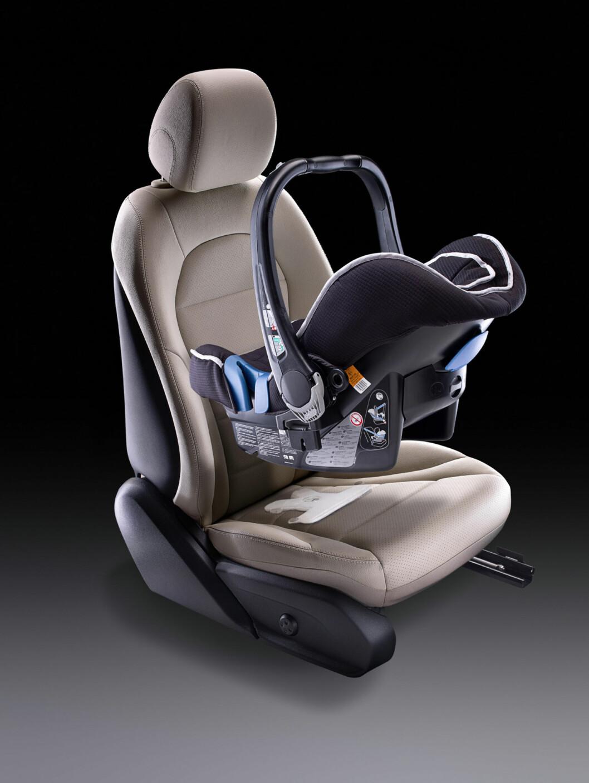 Mercedes-Benz C-Klasse (W205) 2013, Kindersitz, Darstellung der automatischen Beifahrerairbagabschaltung per Drucksensor im Beifahrersitz Foto: Daimler