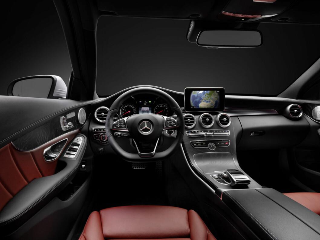 Slik er interiøret i nye Mercedes-Benz C-klasse. Vi vet også sånn omtrent hvordan den ser ut på utsiden, men offisielle bilder av eksteriøret er ikke frigitt ennå. Bilen vil høyst sannsynlig bli vist enten i Detroit i januar eller i Genève i mars. Foto: Daimler