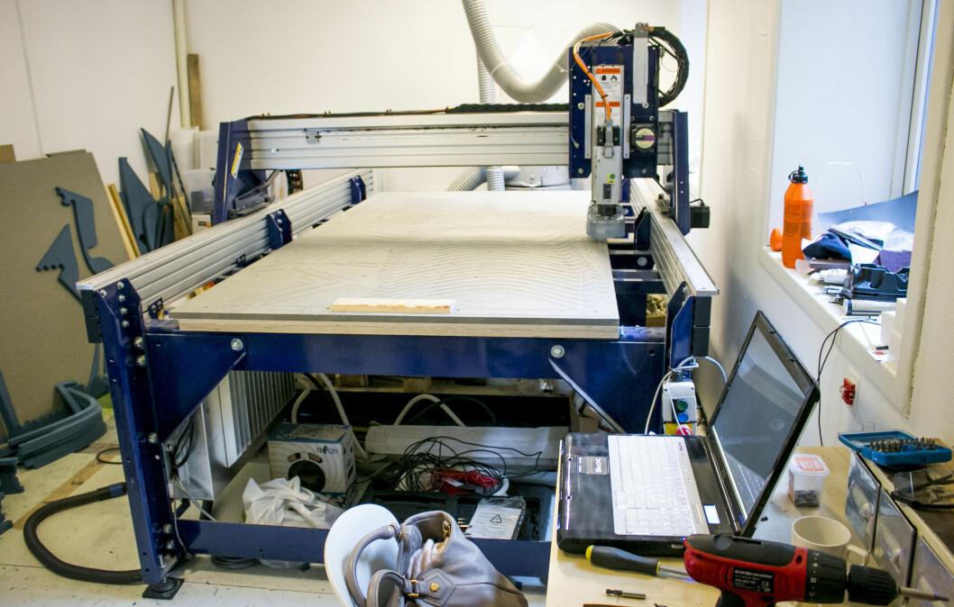 Dyvik har investert i en shopbot, kort for workshoprobot, som fyller mesteparten av verkstedet hans i Oslo. Den snakker med laptopen først i bildet. Foto: Per Ervland