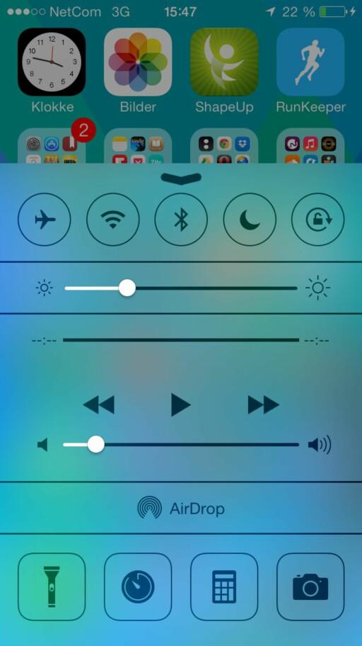 Slik ser det nye kontrollsenteret ut  i iOS 7. Her kan du skru av og på Bluetooth, WiFi og AirDrop samt justere lysstyrken.