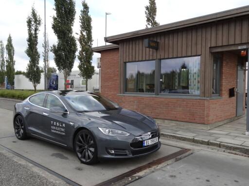 Teslaen er tung, men innen rimelighetens grenser. Vi målte egenvekten på denne til 2.120 kilo, det er omtrent som oppgitt. Foto: Fred Magne Skillebæk