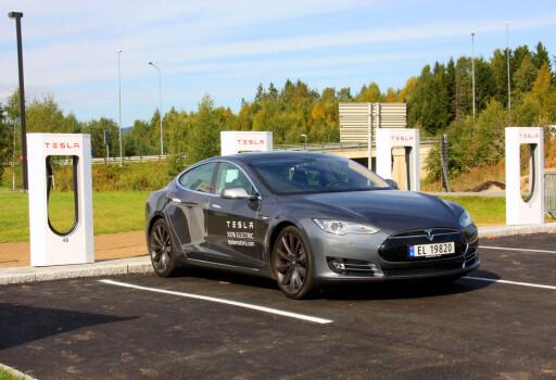 Vi testet superladerne flere ganger - her fra stasjonen på Lillehammer. De har en voldsom kapasitet og fra nesten tomt til nesten fullt tar det cirka en time - til halvfullt en halvtime. Foto: KNUT MOBERG