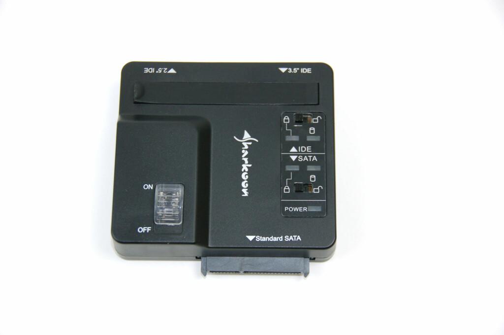 Denne lille boksen skal du altså koble harddiskene dine til. Hvor du gjør det, kommer an på hva slags diske det er.  Foto: Brynjulf Blix
