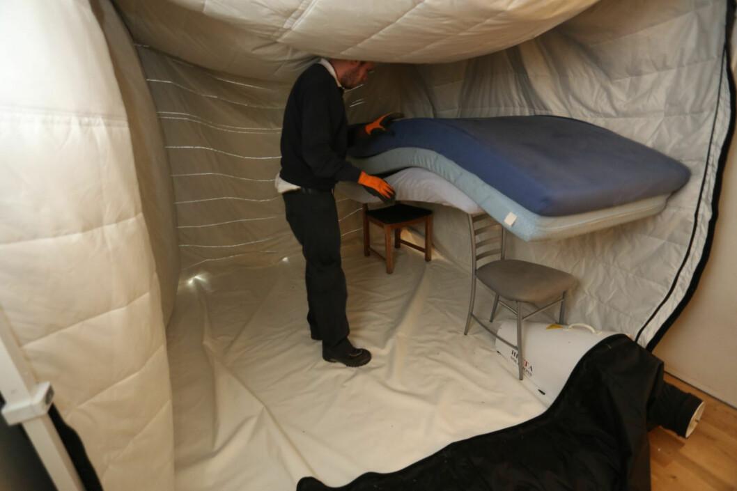 Teltet henges opp inni strukturen, som en kjempekokong - og så laster man inn alt som skal renses. Foto:  Kaia Means/Anticimex