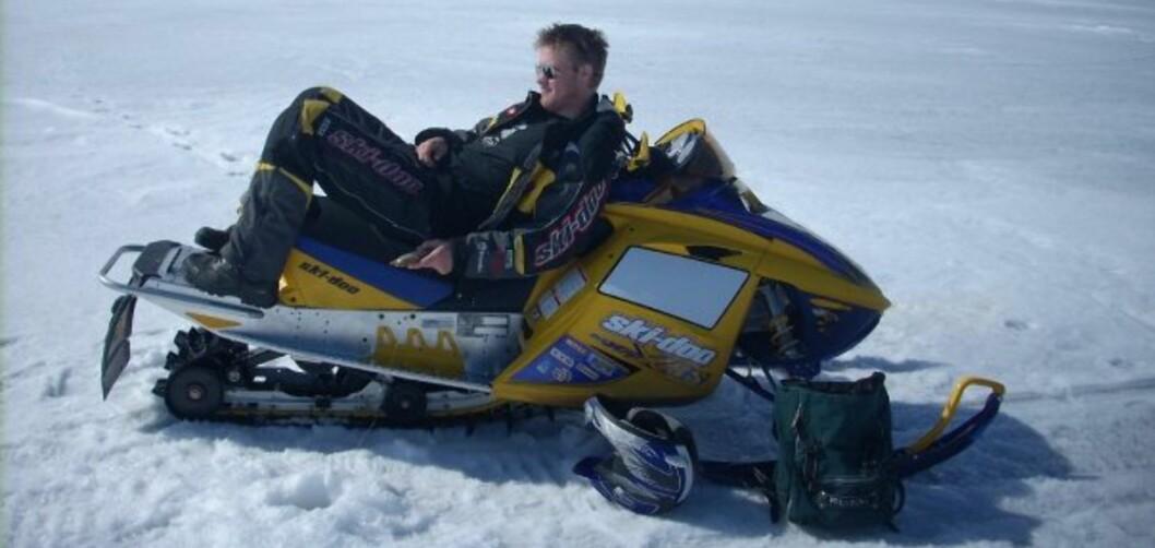 <strong><strong>DRØMMEN FOR MANGE:</strong> </strong>Snøscooterklubbenes Fellesråds leder Erik Kirkvold fisker på isen.  Foto: Skfr.no