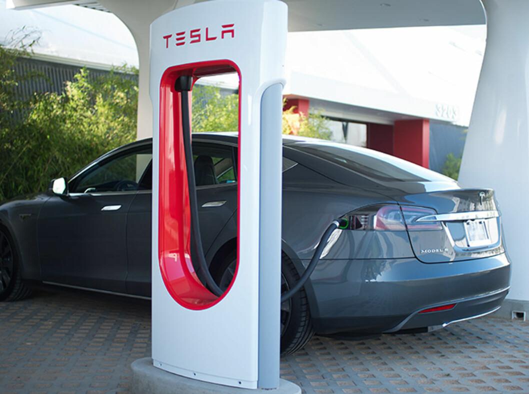 Du har forstått det riktig. Det er helt gratis! Tesla Model S selges med andre ord drivstoff inkludert - for bilens levetid! Foto: Tesla