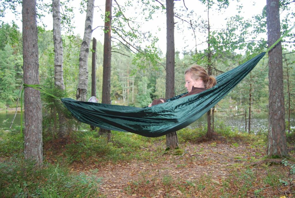 <strong>RO DEG NED: </strong>Å ligge i en hengekøye i skogen, er en ubeskrivelig behagelig opplevelse. Dessuten trenger det ikke være dyrt, i tillegg til at det er lett å sette opp.  Foto: Thomas Strzelecki