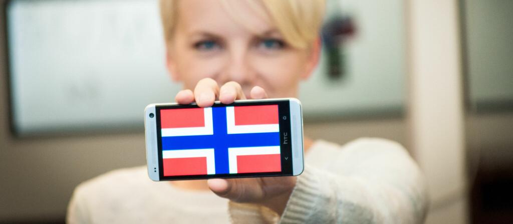 DAGENS MINST OVERRASKENDE NYHET? Kari og Ola Nordmann elsker smartmobiler.  Foto: Gaute Beckett Holmslet