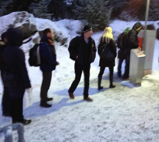 <strong>Tidligere i vinter:</strong> Fjerdemann i køen skjønner at det bare er å gi opp når toget ankommer stasjonen. Foto: Tuva Moflag