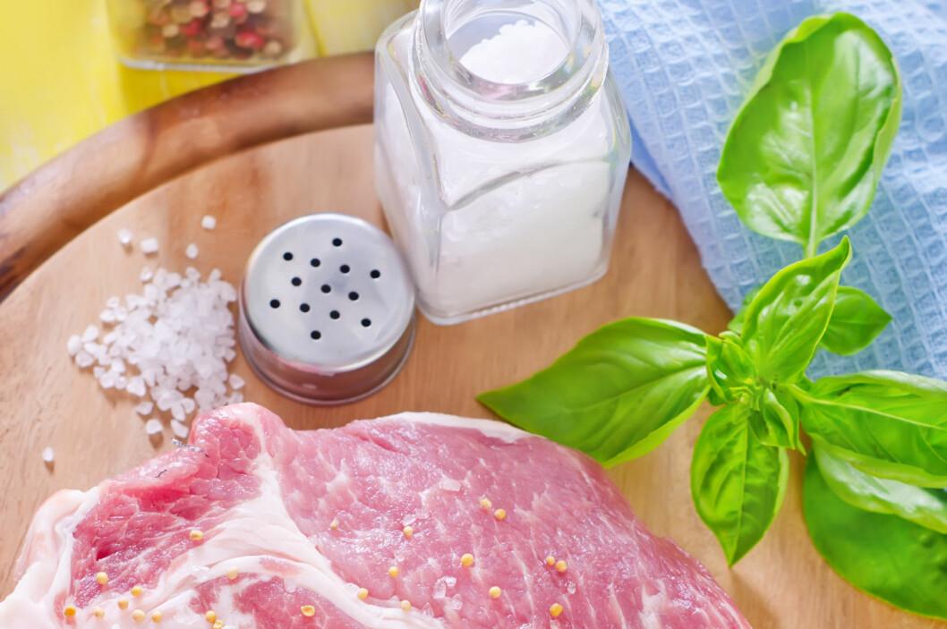 Det er minst to fordeler med å salte kjøttet før du griller det. Foto: Colourbox.com