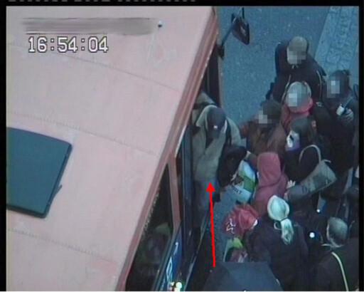Gjerningsmannen snur og går av bussen før den kjører videre. Foto: Politiet