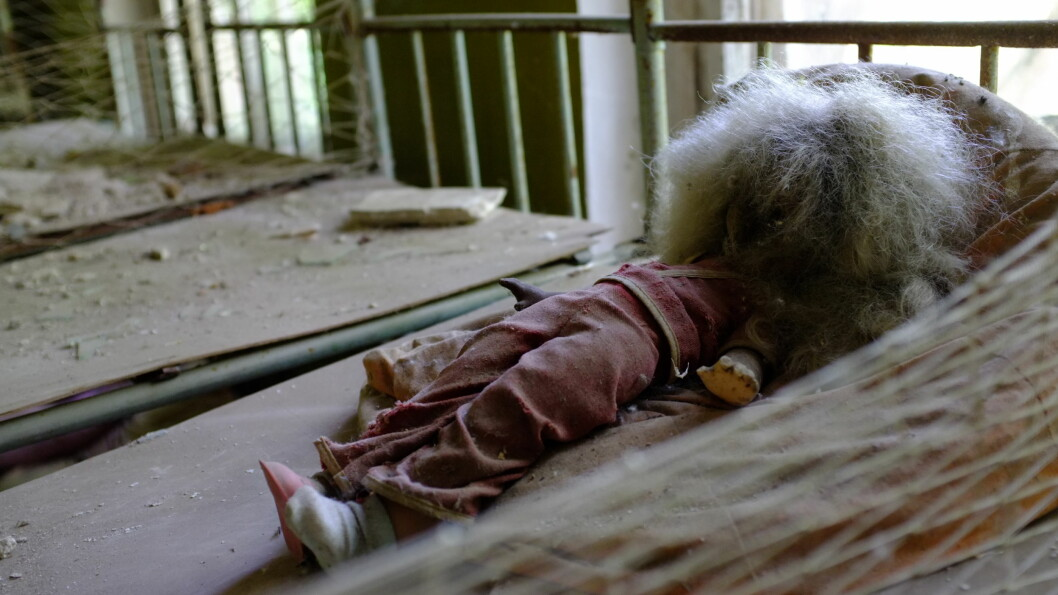 <strong>SKUMMELT:</strong> I en barnehage utenfor Tsjernobyl har denne dukken ligget siden 1986, uten noen å leke med. Foto: Ole Petter Baugerød Stokke