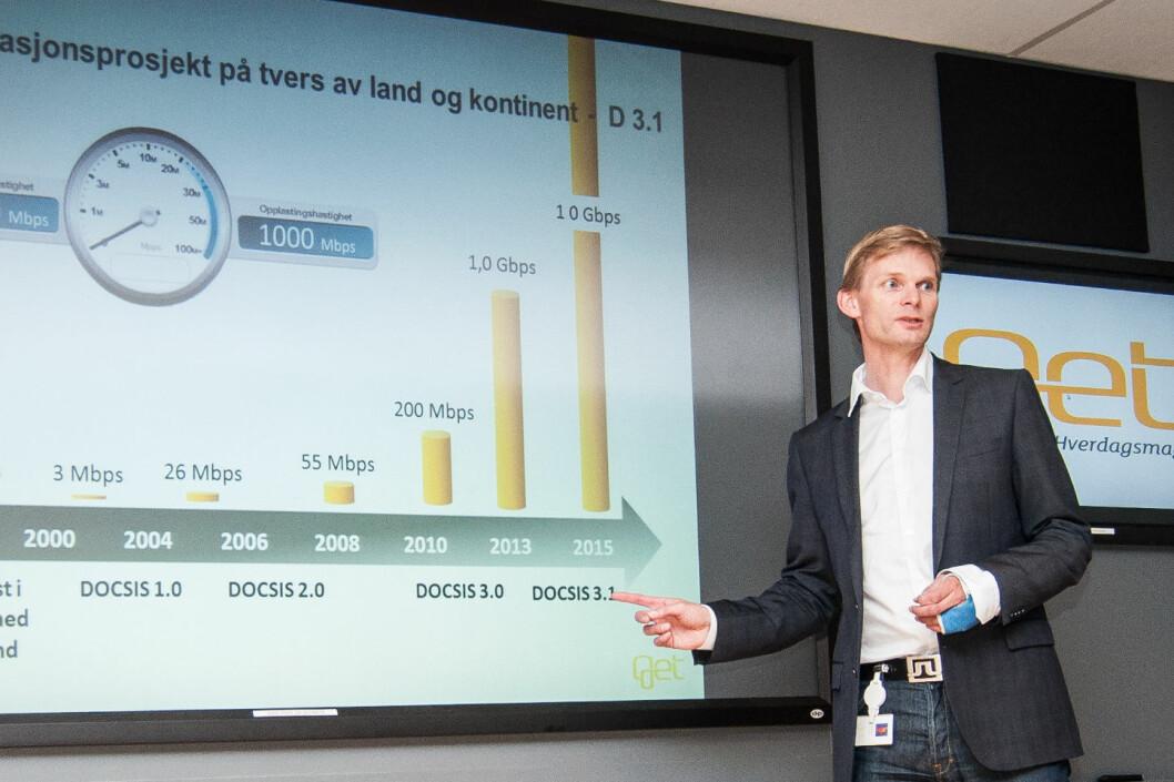 Øyvind Husby viser hvordan utviklingen vil være de neste årene. I 2015 skal du kunne få 10 Gbps ned og 1 Gbps opp. Foto: Gaute Beckett Holmslet