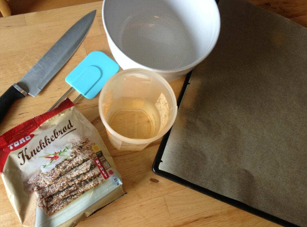 Du trenger få ingredienser og lite utstyr for å lage Toros knekkebrød. Foto: Berit B. Njarga