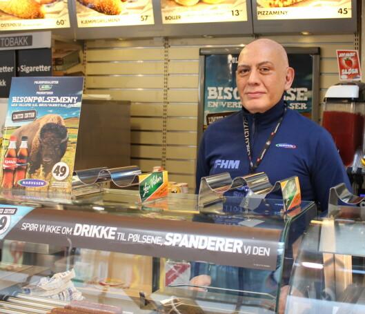 Theo Haider driver Narvesen på Oslo City, og startet salget av de nye bisonpølsene tirsdag. Foto: Kristin Sørdal