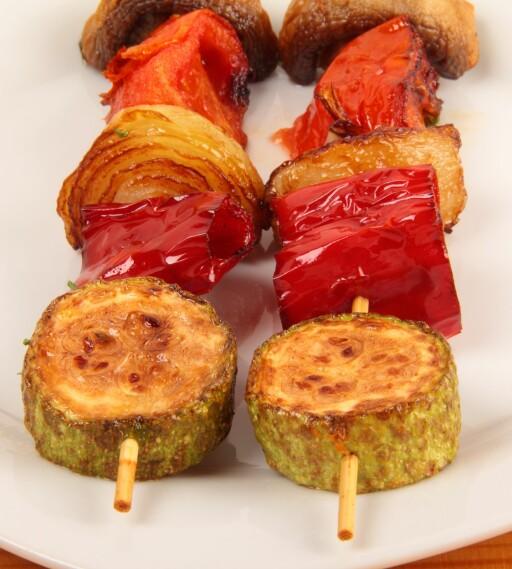 Grønnsaker og mindre kjøttstykker kan gjerne grilles over kull. Skal du grille mye mat eller holde på lenge, bør du velge briketter. Foto: Colourbox.com