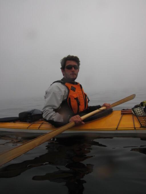 HAVKAJAKK: Anders Thygesen padler her langs Nordlandskysten.  Foto: Privat