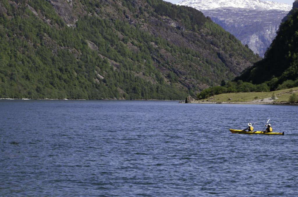 <strong>VAKKERT: </strong>Å padle sammen i tomannskajakk i Nærøyfjorden i Aurland er garantert en magisk opplevelse.  Foto: Colourbox