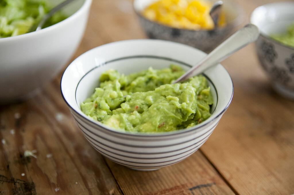 Blir det guacamole igjen etter tacomiddagen? Legg en avocadostein i skålen før du dekker med lokk eller plast. Foto: Per Ervland