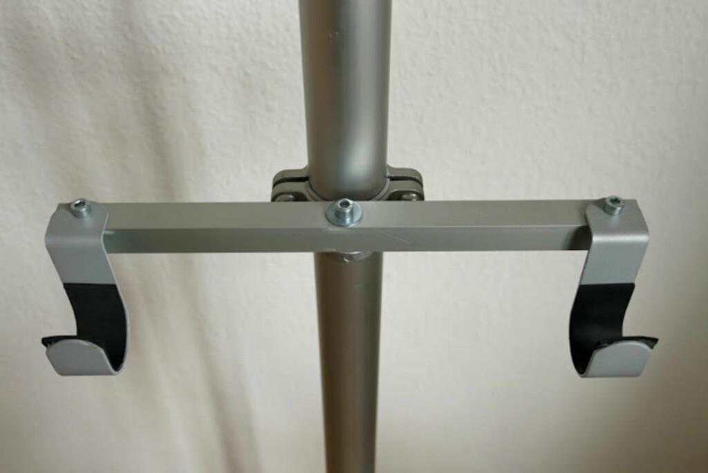 Her er to Stolpan-kroker festet i en endebrakett på en Stolmen-stang. Foto: IkeaHackers