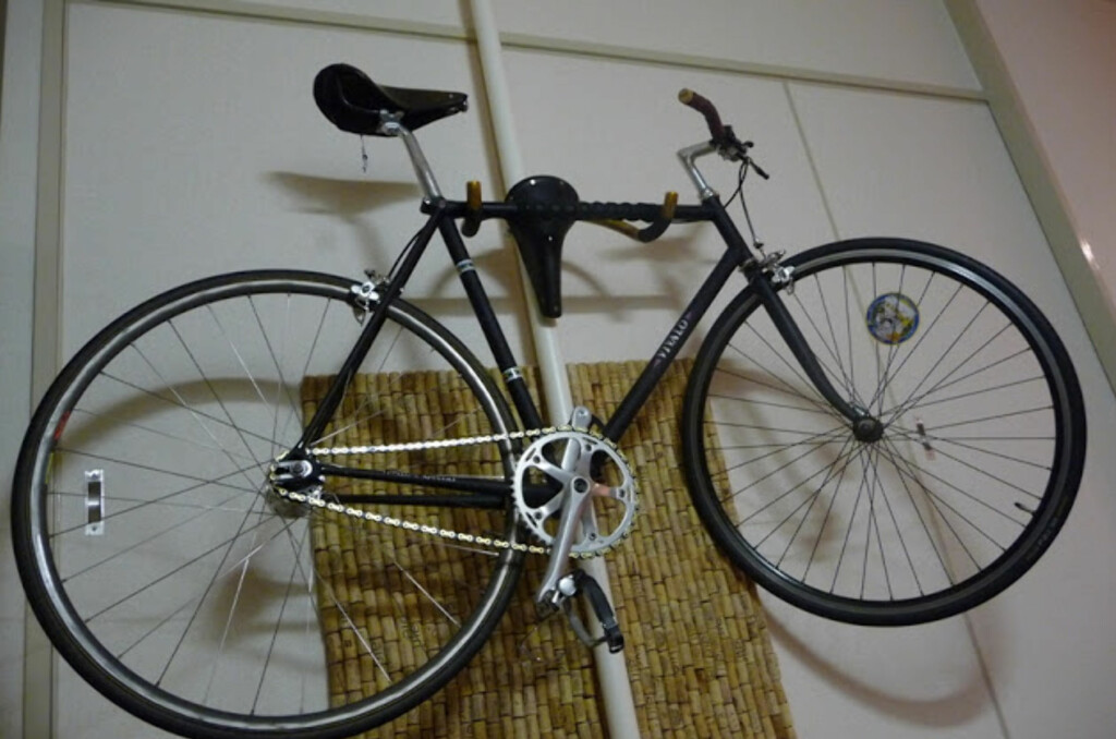 Her henger sykkelen på sete og styre. Foto: IkeaHackers