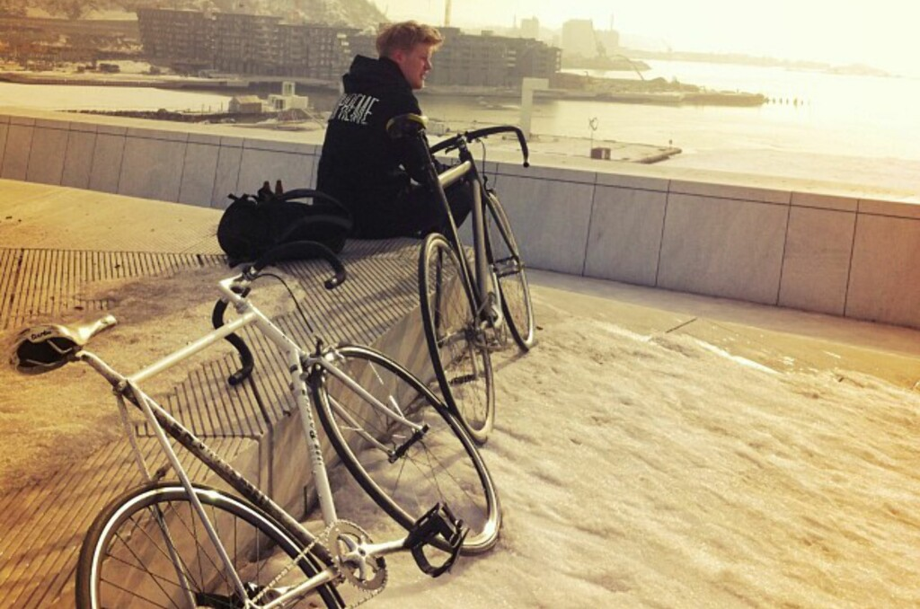 Håkon Gleditsch på operataket med to fixed gear sykler. Foto: Privat
