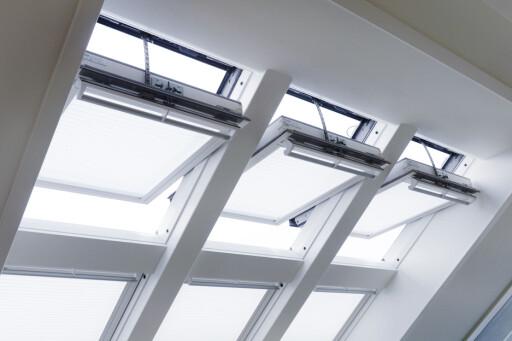 De overste vinduene har elektrisk åpning, slik at det skal være lett å slippe luft inn i de varme sommermånedene, uten å måtte stå på stige. Foto: VELUX