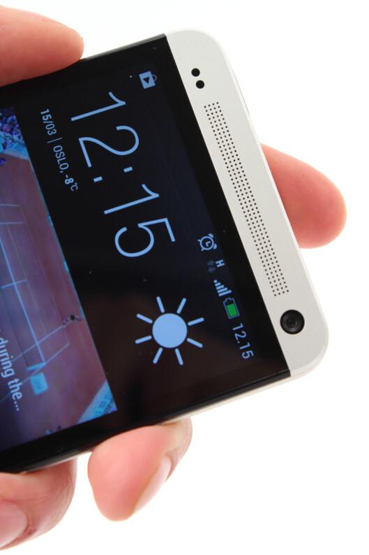 <strong>MYE LYD:</strong> HTC One har to slike høyttalere i fronten, som gir deg mer enn nok lyd. Også lyden fra hodetelefonene er svært god.  Foto: Ole Petter Baugerød Stokke