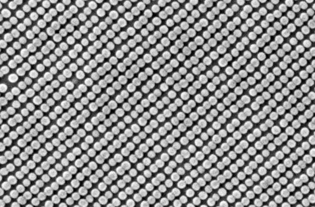 Selvmonterte partikler i perfekte rekker Foto: HGST
