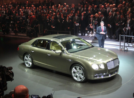Bentley er også en del av Volkswagen-konsernet. Her viser de frem den nye luksussedanen Flying Spur.  Foto: Per Ervland