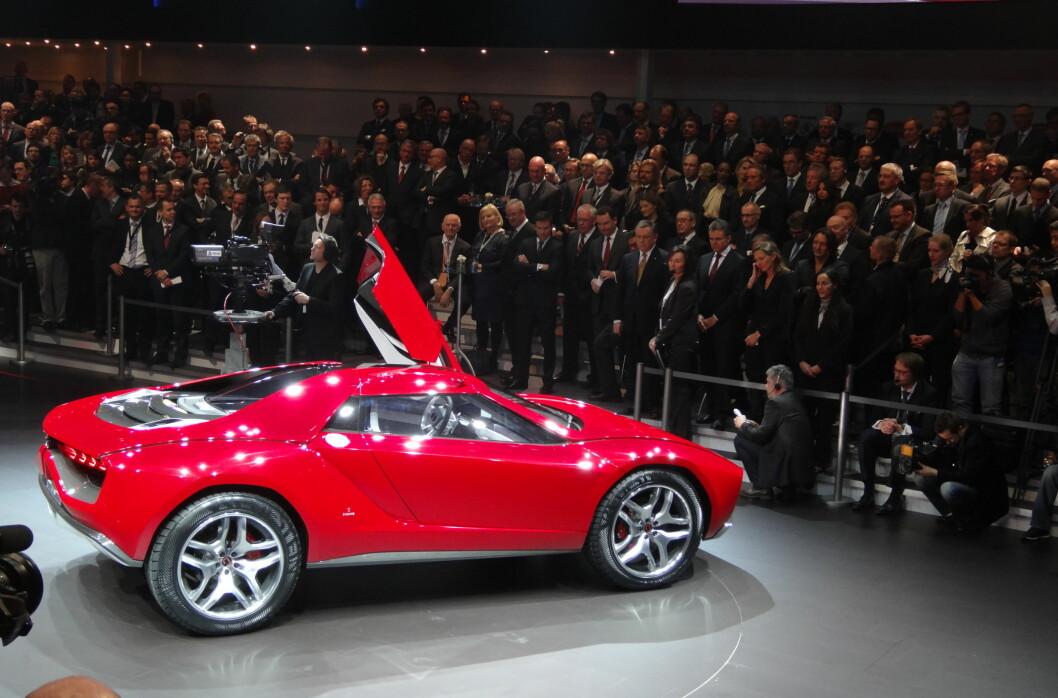 Genève er en eneste stor bilfest. Her viser Volkswagen-konsernet frem en nyhet i forbindelse med Group Night som fant sted om kvelden 4. mars. Giugiaro Parcour, heter kreasjonen. Foto: Per Ervland