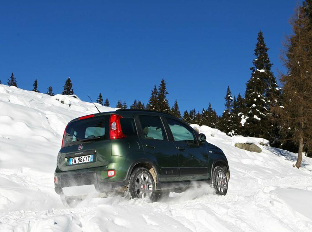<strong><b>FIAT PANDA 4x4:</strong></b> Norges rimeligste bil med firehjulsdrift tar seg faktisk bra frem, tross små hjul og ikke alt for høy bakkeklaring.  Foto: FIAT