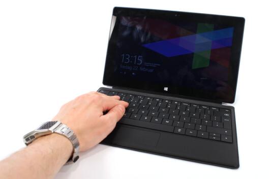 <strong>SOM EN PC:</strong> Surface RT med tastatur og nedslått flapp bak, gjør den til en slags PC.  Foto: Ole Petter Baugerød Stokke